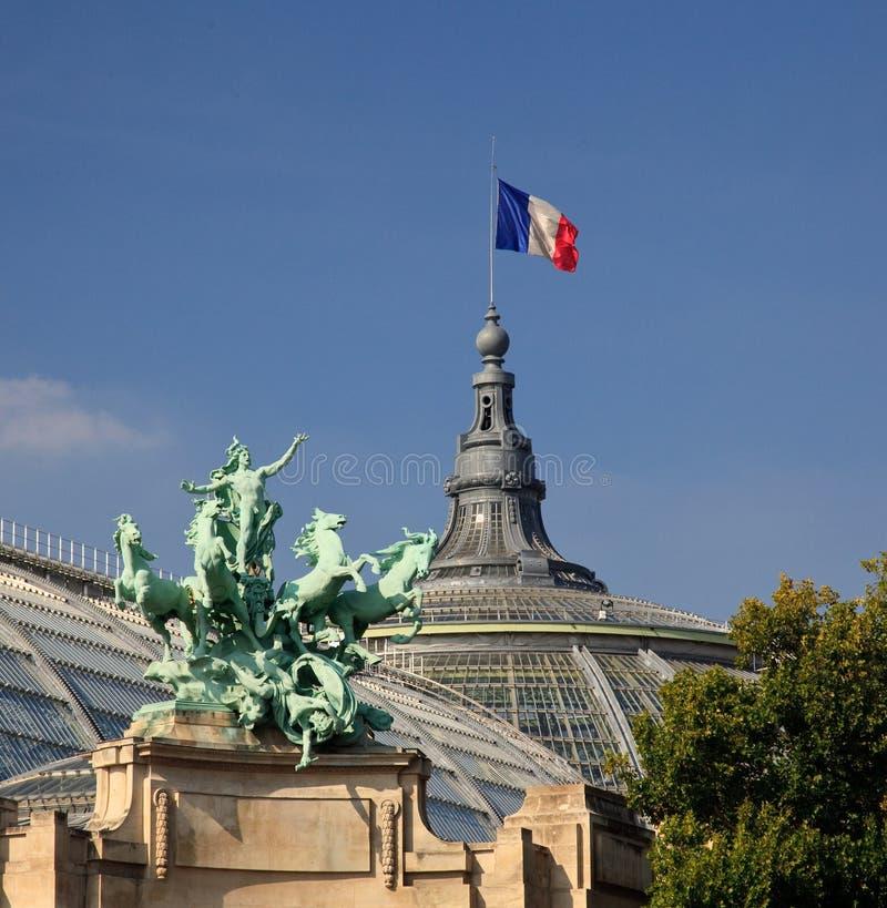 Großartiges Palais in Paris, das französische Markierungsfahne fliegt lizenzfreies stockbild