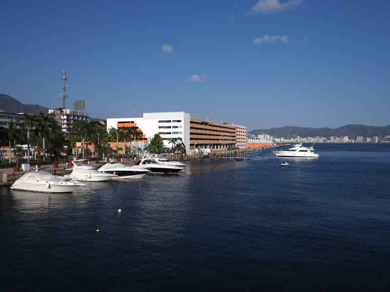 Großartiges Panorama von Luxusyachten an der Bucht der mexikanischen Stadt von Acapulco in Mexiko-Landschaft lizenzfreies stockfoto