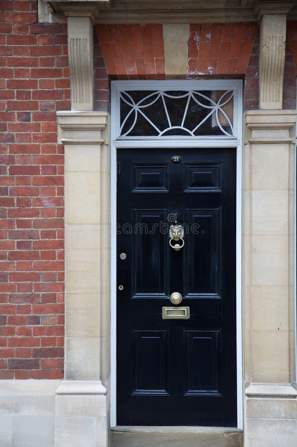 Großartiges schwarzes hölzernes Türteil eines Hauses lizenzfreie stockbilder
