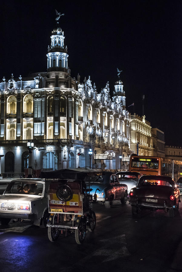Großartiges Theater belichtete Nachtzeit Havana lizenzfreie stockfotografie