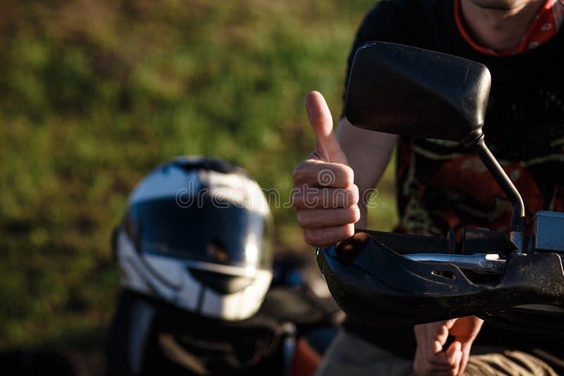 Großaufnahme auf der Hand eines Radfahrers, die das okayzeichen zeigt lizenzfreie stockfotos