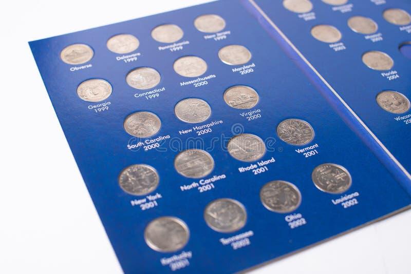 Gro?aufnahme der Sammlung Vierteldollar 25 Centm?nzen im Album - numismatische Sammlung lizenzfreies stockbild