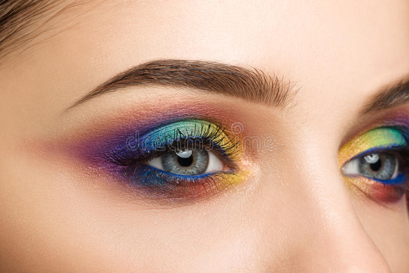 Großaufnahme des blauen weiblichen Auges mit schönem modernem kreativem lizenzfreie stockfotos