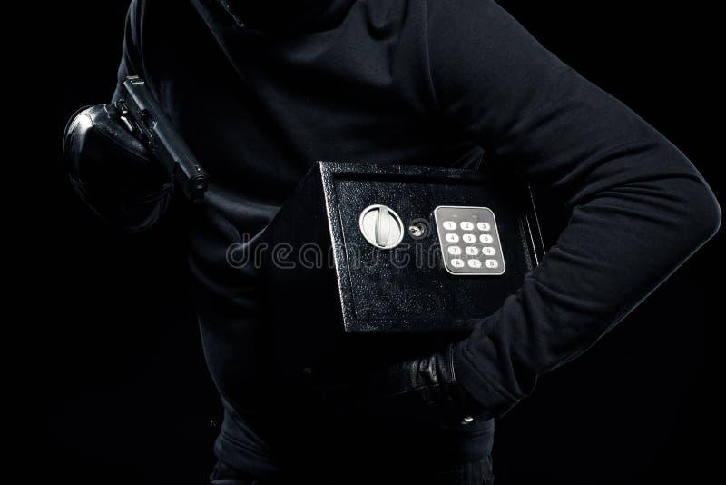 Großaufnahme des Gewehrs und des zugeschlossenen Safes in den Händen stockfotografie