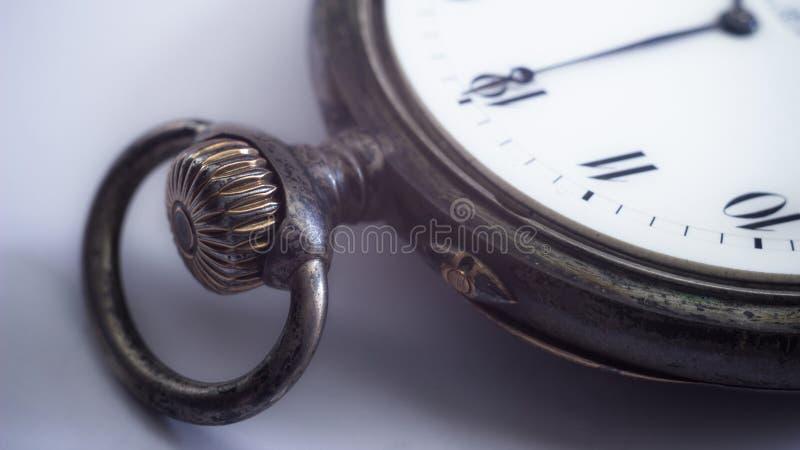 Großaufnahme einer silbernen Taschenuhr lizenzfreie stockfotos