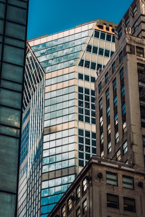 Großaufnahme von alten und modernen Wolkenkratzern in Midtown Manhattan New York City lizenzfreies stockbild