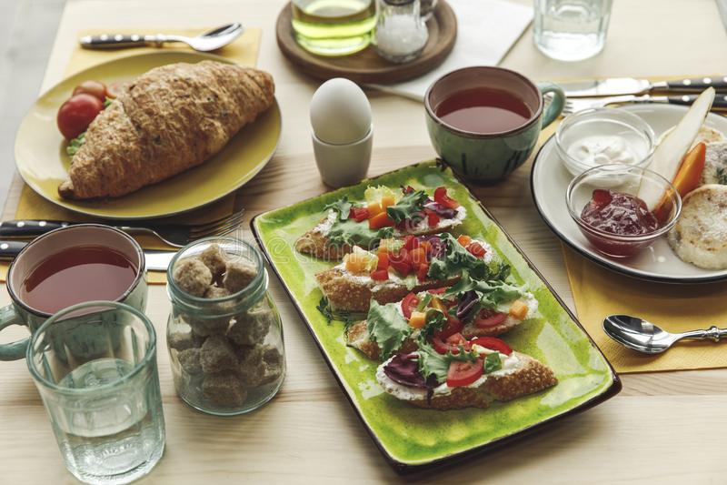 Großaufnahme von frischen geschmackvollen Sandwichen und von Frühstück lizenzfreies stockbild