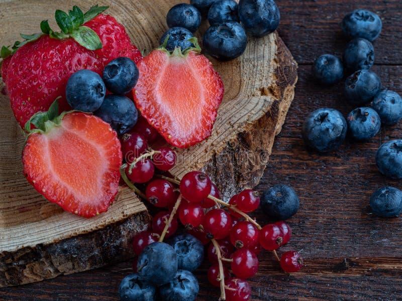 Großaufnahme von gemischten, sortierten Beeren Brombeere, Erdbeere, Hintergrund Buntes und gesundes Konzept stockfotos