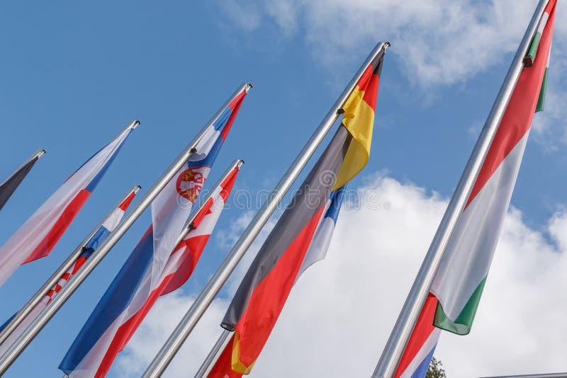 Großaufnahme von verschiedenen Landesflaggen stockfoto