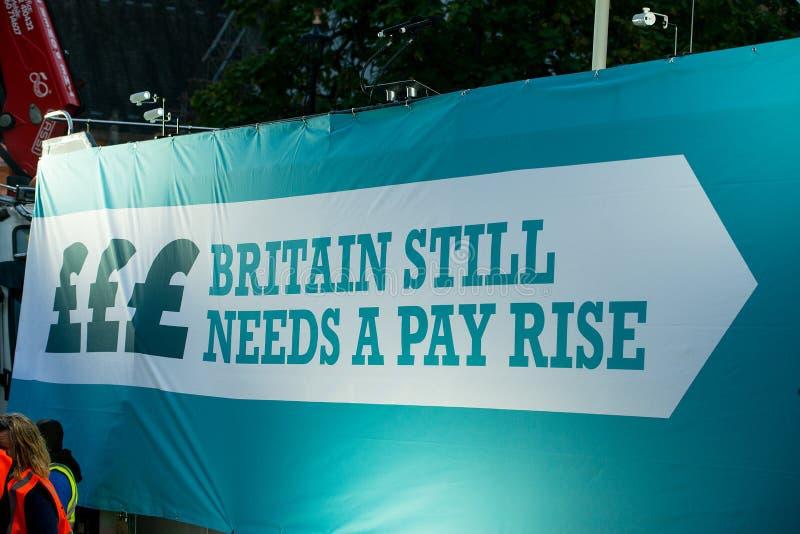 Großbritannien verdient einen Lohn-Aufstieg - beenden Sie der Demonstrationszug der Kappe jetzt lizenzfreies stockfoto