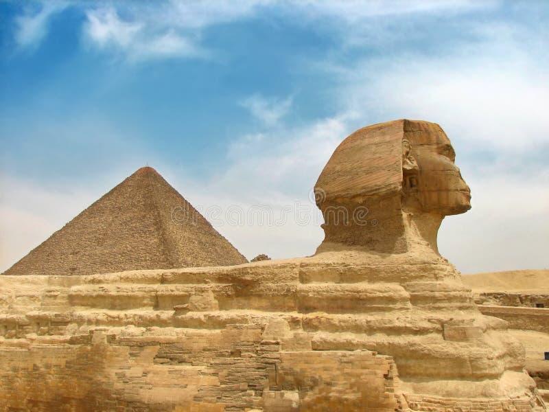 Große ägyptische Sphinx und Pyramide lizenzfreie stockfotografie