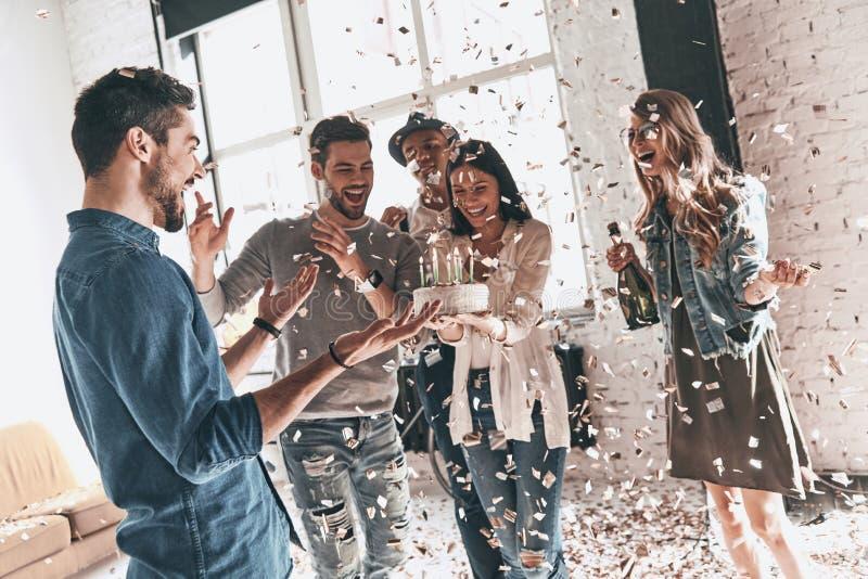 Große Überraschung! Der glückliche junge Mann, der Geburtstag unter feiert, frien stockbilder