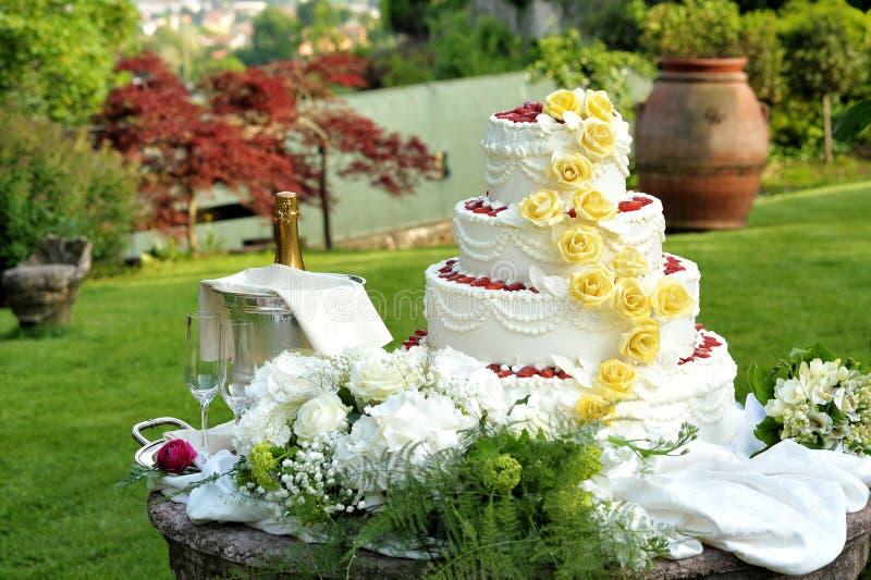 Große abgestufte dekorative Hochzeitstorte stockbilder