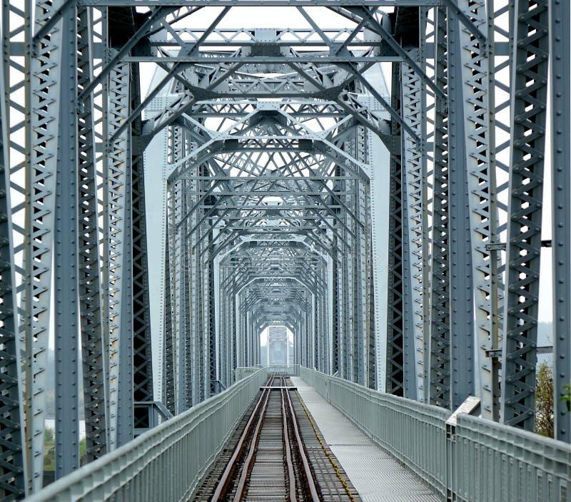 Große alte Eisenbahnbrücke lizenzfreies stockbild