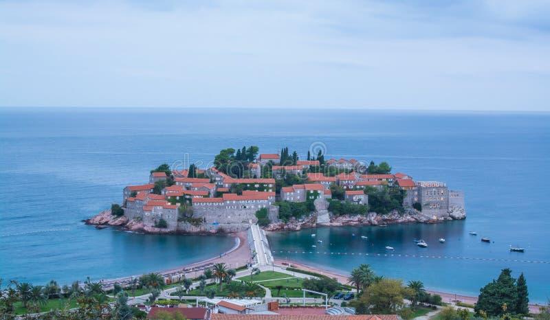 Große Ansicht des Sveti Stefan an der Dämmerung, Balkan, adriatisches Meer, E stockbild