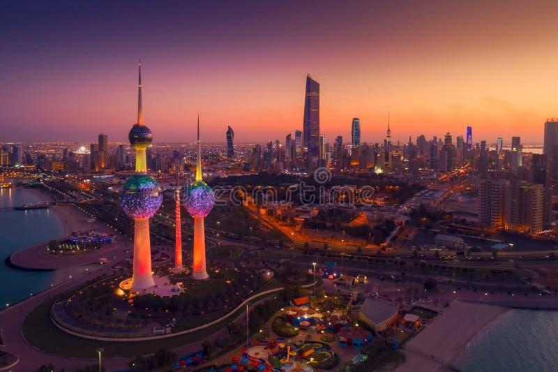 Große Ansicht von Kuwait-Stadt bei Sonnenuntergang lizenzfreies stockbild