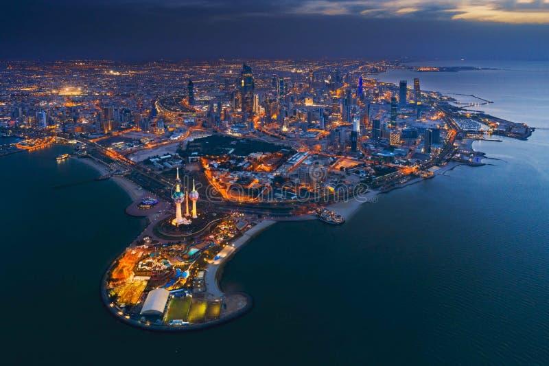 Große Ansicht von Kuwait-Stadt bei Sonnenuntergang lizenzfreie stockfotos