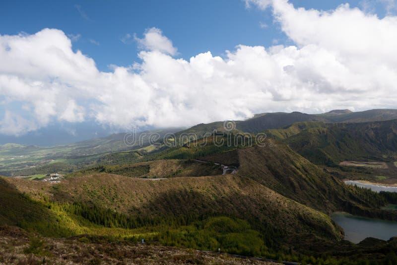 Große Ansicht von See im Berg Drastische und malerische Szene Ponta Delgada Sao Miguel Azoren-Insel stockfotos