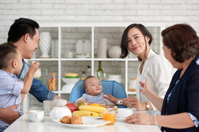Große asiatische Familie, die frühstückt lizenzfreie stockbilder
