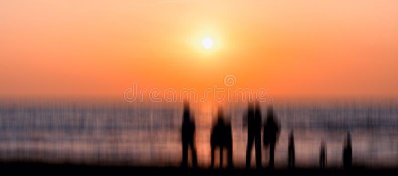 Große ausländische Familienschattenbildsitzungs-Sonnenuntergangabstraktion lizenzfreies stockbild