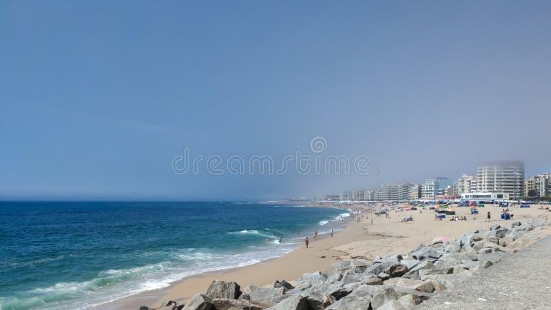 Große Aussicht auf den Strand von Povoa de Varzim, Portugal im Sommer Viele Personen am Strand lizenzfreie stockbilder