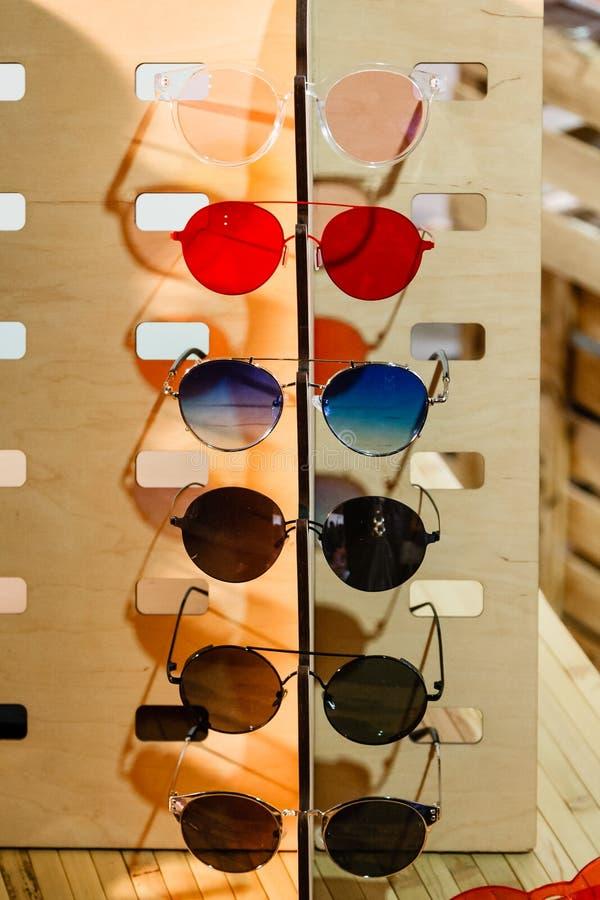 Große Auswahl der Sonnenbrille und der Gläser auf einem Stand lizenzfreies stockbild
