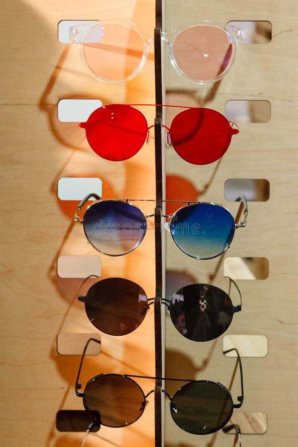 Große Auswahl der Sonnenbrille und der Gläser auf einem Stand lizenzfreie stockfotos