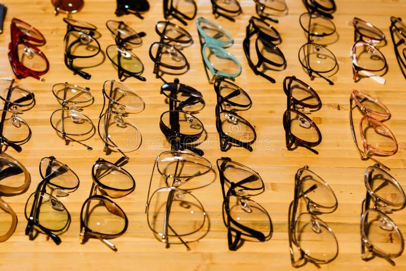 Große Auswahl der Sonnenbrille und der Gläser auf einem Stand stockbild
