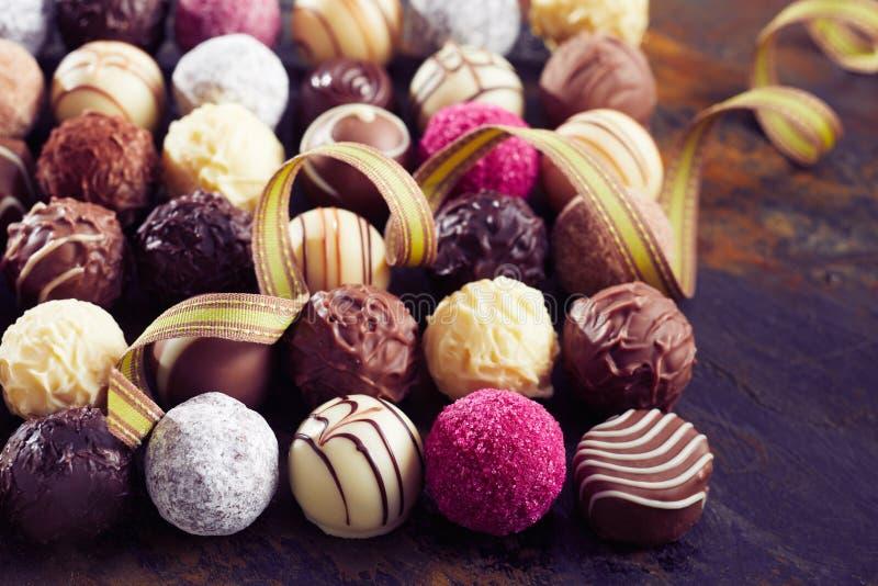 Große Auswahl von handgemachten Luxusschokoladen stockfotos