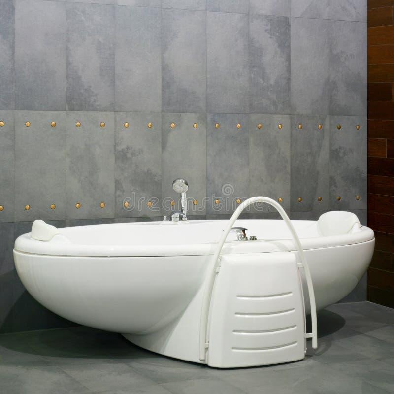 gro e badewanne stockbild bild von zeitgen ssisch. Black Bedroom Furniture Sets. Home Design Ideas