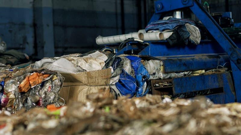 Große Ballen gepresster Abfall aus Papier und Plastikflaschen in Abfallverwertungsanlage, Industrie, Innere heraus lizenzfreies stockfoto