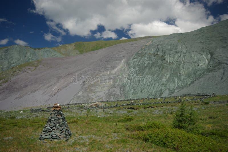 Große Berge Hochländer, die Bergspitzen, Schluchten und Täler Die Steine auf den Steigungen stockbilder