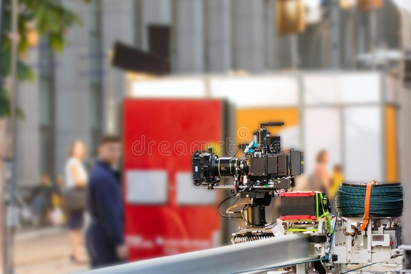 Große Berufskamera auf Schienen Draußen Filmbühne Kino Pro stockbilder