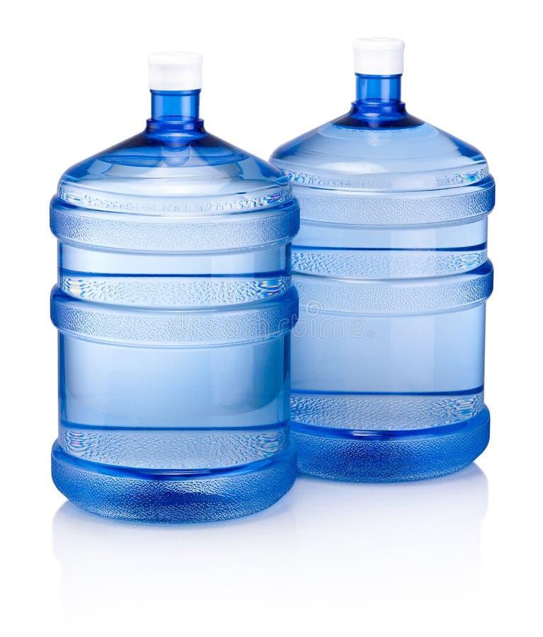 Große blaue Plastikflasche der kühlvorrichtung zwei für das Trinkwasser lokalisiert auf weißem Hintergrund stockbild