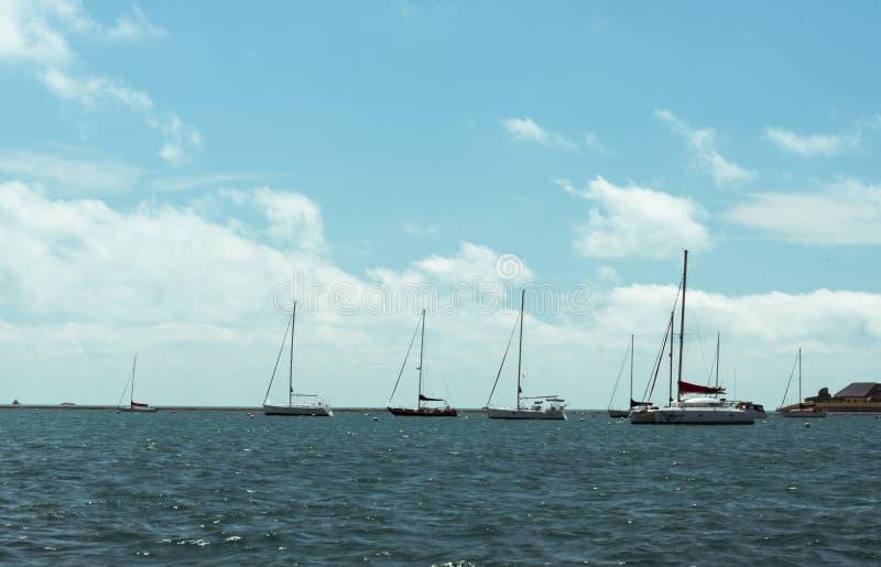 Große Bootsschwimmen auf einem Michigan See lizenzfreie stockfotografie