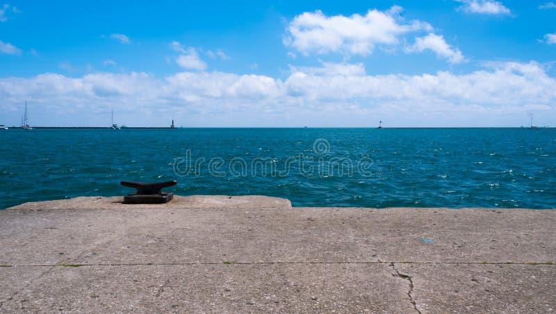 Große Bootsschwimmen auf einem Michigan See stockfotos