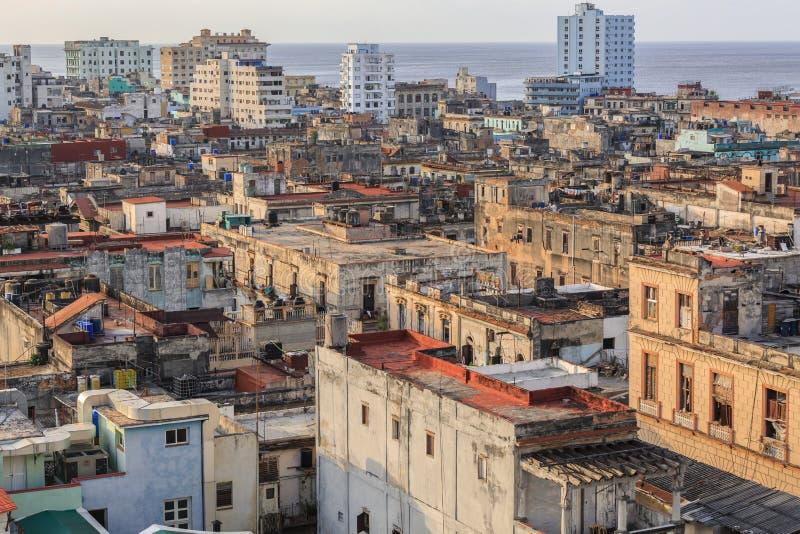 Große breite offene Ansicht alter antiker kubanischer authentischer Havana-Stadt gegen Ozean- und Himmelhintergrund zur Sonnenunt lizenzfreie stockfotos