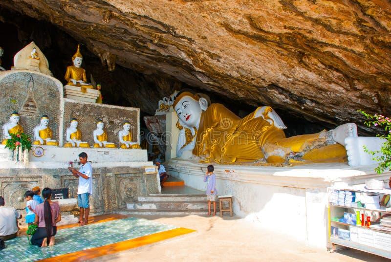 Große Buddha-Statue, die liegt, religiöses Schnitzen Hpa-An, Myanmar birma lizenzfreies stockfoto