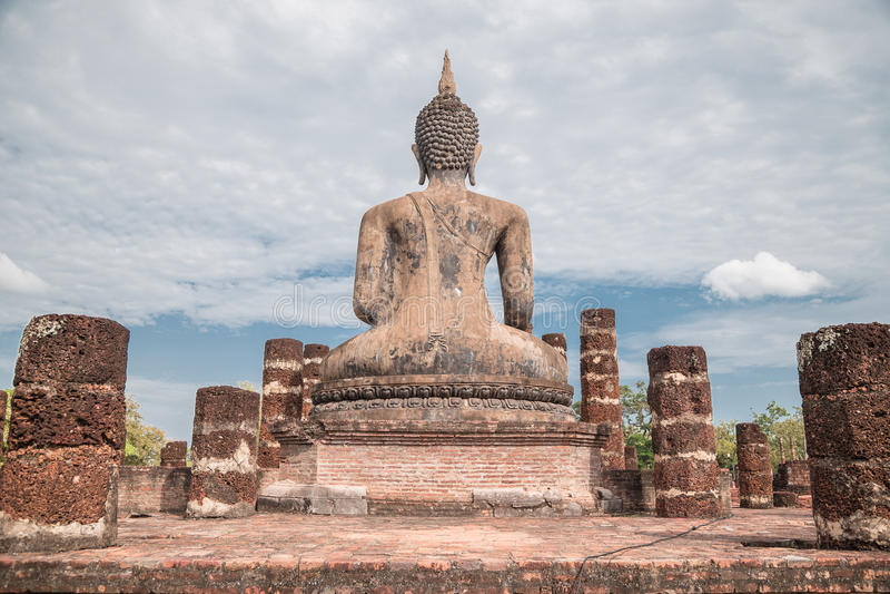 Große Buddha-Statue und schöner Hintergrund lizenzfreie stockbilder