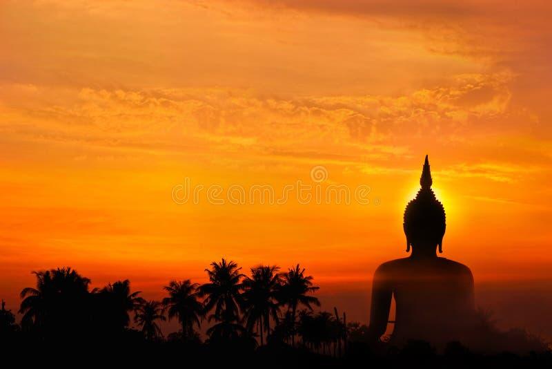 Große Buddha-Statue und Sonnenuntergang stockfotografie