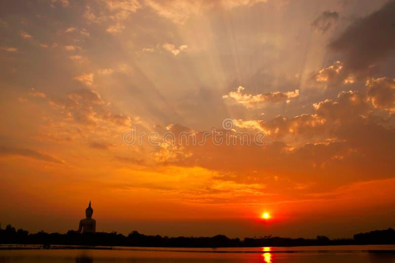 Große Buddha-Statue und Sonnenuntergang lizenzfreies stockfoto