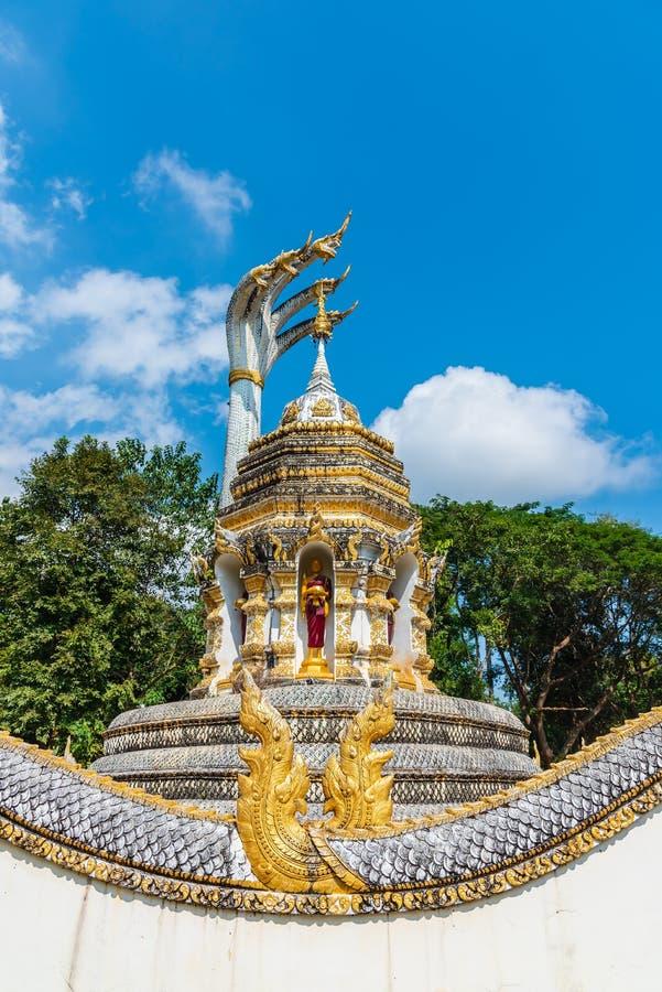 Große buddhistische Pagode mit Hauptschlange mit fünf der großen Naga auf die Oberseite am buddhistischen Tempel in Thailand stockfoto