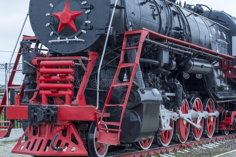 Große Dampflokomotive mit einem roten Stern, Räder von alten Dampflokomotiven ein Paar Räder Retro- Lokomotiven weinlese stockfoto