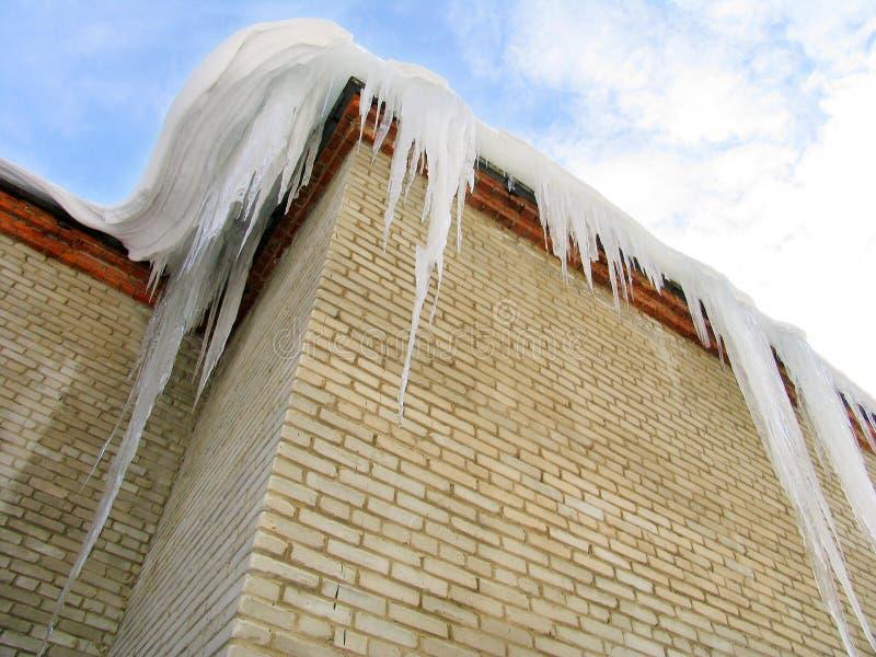 Große Eiszapfen auf dem Dach stockfotografie