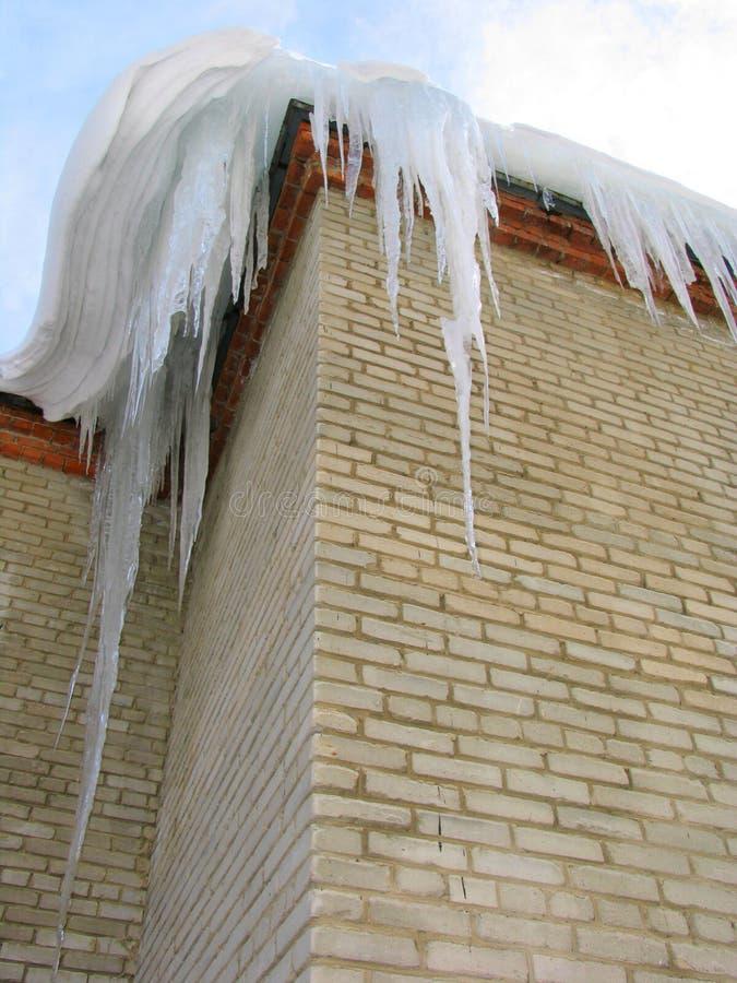 Große Eiszapfen auf dem Dach stockbild