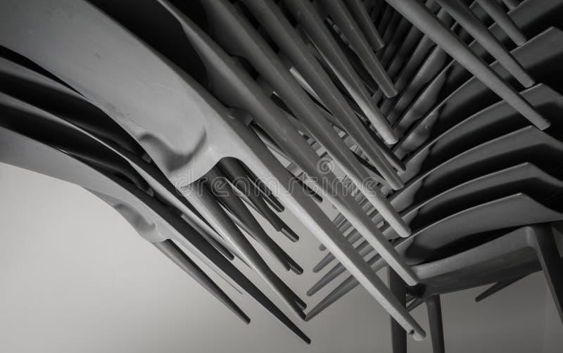 Große erstaunliche abstrakte Nahaufnahmeansicht von Plastikstühlen auf dunklem Hintergrund stockfoto