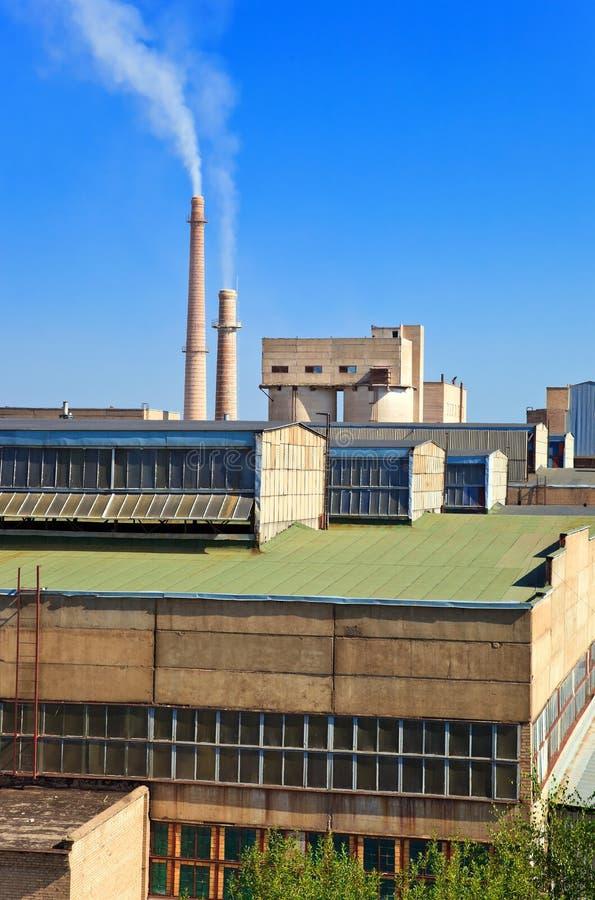Große Fabrik mit rauchenden Kaminen. stockfoto