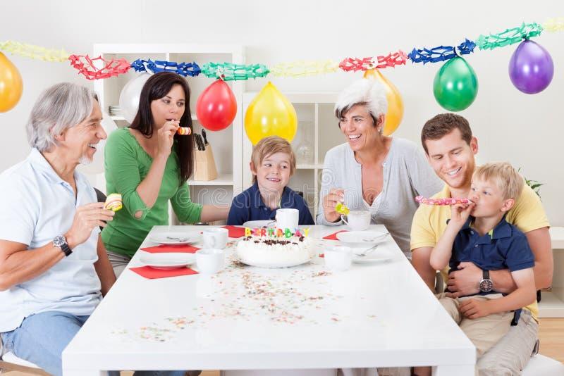 Große Familie, die zusammen Geburtstag feiert stockfotografie