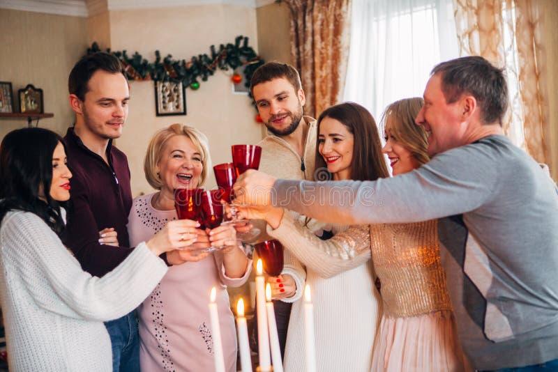 Große Familie feiert Weihnachten und trinkenden Champagner lizenzfreie stockfotos