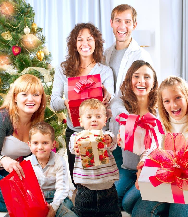 Große Familie mit Weihnachtsgeschenken lizenzfreie stockfotografie